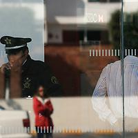 Metepec, Mex.- Policias municipales y ministeriales investigan en el interior del banco HSBC de plaza Mayor, donde esta mañana cuatro sujetos armados sometieron a los empleados para cometer un asalto, incluso llegaron a la bobeda de donde sustrajeron al menos 750 mil pesos, logrando evadirse con rumbo desconocido. Agencia MVT / Mario Vazquez de la Torre. (DIGITAL)<br /> <br /> <br /> <br /> <br /> <br /> <br /> <br /> NO ARCHIVAR - NO ARCHIVE