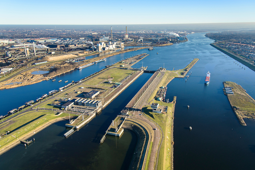 Nederland, Noord-Holland, IJmuiden, 11-12-2013;  sluizencomplex en ingang Noorzeekanaal. De Noordersluis met  Tata Steel in de achtergrond.<br /> Entrance  Noorzee-channel with locks and Tata Steel in the background.<br /> luchtfoto (toeslag op standaard tarieven);<br /> aerial photo (additional fee required);<br /> copyright foto/photo Siebe Swart.