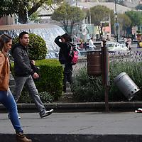 Toluca, México.- Algunos contenedores de basura que se ubican en las inmediaciones de la Plaza de los Mártires se encuentran en mal estado lo que hace que la ciudadanía tire sus desperdicios en la calle.  Agencia MVT / Arturo Hernández