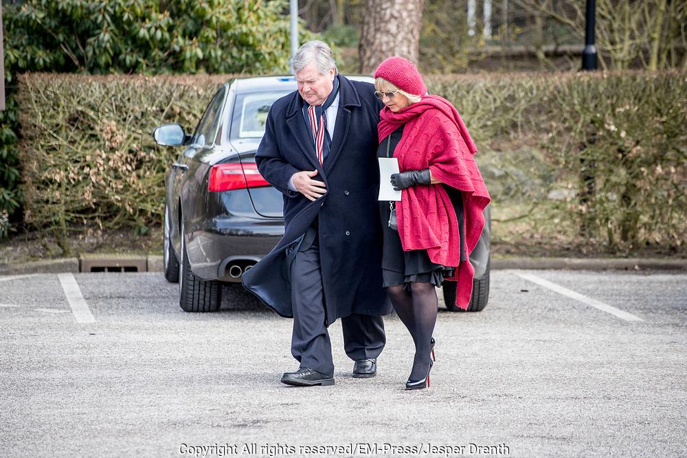 Uitvaart Mies Bouwman in een crematorium in Leusden.<br /> <br /> Op de foto:  Willeke Alberti en broer Tony Alberti