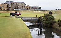 ST. ANDREWS -Schotland-GOLF. Old Course met greenkeeper in de Swilcan River. . COPYRIGHT KOEN SUYK