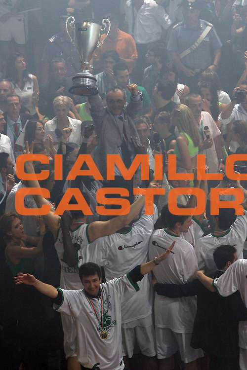 DESCRIZIONE : Siena Lega A1 2006-07 Playoff Finale Gara 3 Montepaschi Siena VidiVici Virtus Bologna <br /> GIOCATORE : Minucci Coppa <br /> SQUADRA : Montepaschi Siena <br /> EVENTO : Campionato Lega A1 2006-2007 Playoff Finale Gara 3 <br /> GARA : Montepaschi Siena VidiVici Virtus Bologna <br /> DATA : 17/06/2007 <br /> CATEGORIA : Esultanza <br /> SPORT : Pallacanestro <br /> AUTORE : Agenzia Ciamillo-Castoria/M.Minarelli