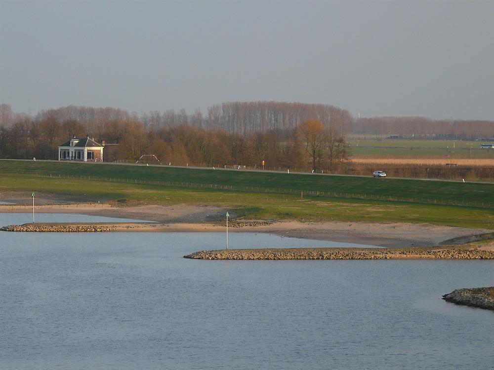 EN&gt; A dike on the margins of the river Rhine near the Dutch town of Driel  <br /> SP&gt; Un dique al margen del r&iacute;o Rin cerca del pueblo de Driel