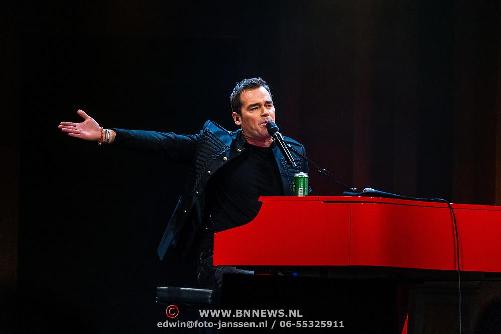NLD/Amsterdam/20170317 - Holland zingt Hazes 2017, Jeroen van der Boom met een blikje bier
