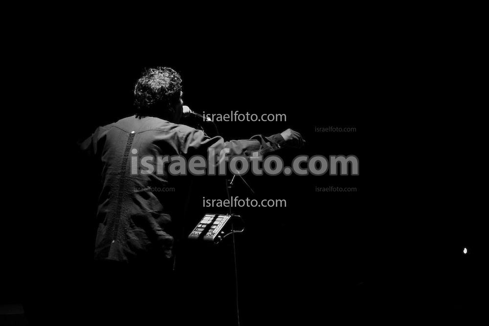 Mardonio Carballo singing for Las Horas Perdidas presentation.