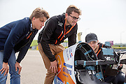 Teamleden kijken naar het camerasysteem. In Delft test het Human Power Team de VeloX 6, de nieuwe aerodynamische fiets, op de RDW baan. In september wil het Human Power Team Delft en Amsterdam, dat bestaat uit studenten van de TU Delft en de VU Amsterdam, tijdens de World Human Powered Speed Challenge in Nevada een poging doen het wereldrecord snelfietsen te verbreken. Het record is met 139,45 km/h sinds 2015 in handen van de Canadees Todd Reichert.<br /> <br /> With the special recumbent bike the Human Power Team Delft and Amsterdam, consisting of students of the TU Delft and the VU Amsterdam, also wants to set a new world record cycling in September at the World Human Powered Speed Challenge in Nevada. The current speed record is 139,45 km/h, set in 2015 by Todd Reichert.