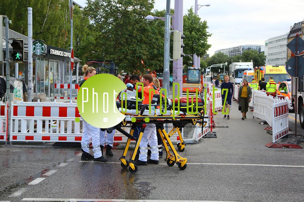 Mannheim. 30.06.17   Brand in der Innenstadt<br /> Innenstadt. N7. Brand in einer Bar.<br /> Zu einem gr&ouml;&szlig;eren R&uuml;ckstau von Lieferfahrzeugen in der Kunststra&szlig;e f&uuml;hrt derzeit ein Brand in der Mannheimer Innenstadt. Wegen der L&ouml;scharbeiten ist die Kunststra&szlig;e derzeit noch gesperrt. Die Feuerwehr war am Morgen zu einer Verpuffung in einem Gastronomiebetrieb gerufen worden. Tats&auml;chlich brannte es in der K&uuml;che. Das Feuer f&uuml;hrte zu einer starken Rauchentwicklung. Zeitweise waren zwei L&ouml;schz&uuml;ge der Berufsfeuerwehr und die Freiwillige Feuerweh Innenstadt im Einsatz. Derzeit werden die Schl&auml;uche eingerollt, die Einsatzstelle wohl in kurzer Zeit freigegeben. Bei dem Brand zogen sich drei Personen Rauchgasvergiftungen zu. Sie kamen zur Behandlung ins Krankenhaus.<br /> <br /> <br /> BILD- ID 0405  <br /> Bild: Markus Prosswitz 30JUN17 / masterpress (Bild ist honorarpflichtig - No Model Release!)