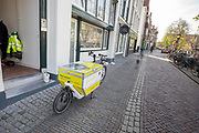 In Utrecht rijden monteurs van energiebedrijf Stedin met een bakfiets door de binnenstad in plaats van met de auto. Door gebruik van de fiets wordt niet alleen milieuvriendelijk gewerkt, de monteurs zijn ook sneller in de drukke en krappe binnenstad.<br /> <br /> In Utrecht mechanics of energy supplier Stedin ride with a cargo bike instead of a car in the city center.