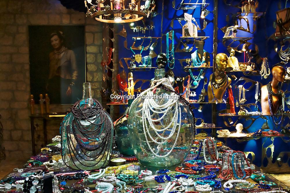 Tanja Curin 'a plus sa réputation à faire, créatrice de bijoux fait main :des pièces uniques qu'elle confectionne seule avec son assistante. Tanja n'a pas souhaité sortir de son échelle de création pour continuer à garder du temps pour s'inspirer des beautés de son pays natal la Croatie et du monde.