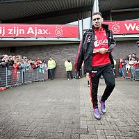 Nederland, Amsterdam , 1 mei 2012..Donderdagmiddag vanaf 17.00 uur mogen aanhangers van Ajax eindelijk nabij de Amsterdam Arena het landskampioenschap vieren. Al enkele weken was het onoverkomelijk dat Ajax de titel zou grijpen, maar sinds woensdag, na de 2-0 zege op VVV, is de titel ook officieel binnen..Op de foto de spelers van Ajax lopen omringd door fans het veld op voor laatste training voor wedstrijd tegen VVV  waarbij publiek mag komen kijken..Speler Ismaïl Aissati  loopt het veld op..Foto:Jean-Pierre Jans