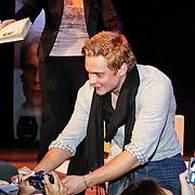 NLD/Utrecht/20110115 - As The World Turns acteurs in het theater, Casey Hughes, Billy Magnussen gaat met fans op de foto