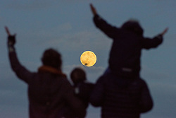 © Licensed to London News Pictures. 01/01/2018. London, UK. A family watch with a child on one of the shoulders, as a superman rises over London on the first day of 2018. . Photo credit: Andre Camara/LNP