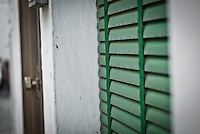 Siamo in Puglia, a Specchia cittadina della provincia di Lecce, situato a circa 60 Km a sud del capoluogo di provincia..Si presenta come un paese tranquillo ma vivo..Le strade luminose e pulite presentano una pavimentazione a lastroni antichi..Il centro storico è un'area pedonale ed è spesso scenario di manifestazioni sacre e culturali..La gente è gentile ed ospitale e si è lasciata fotografare con tranquillità, facendosi riprendere nel loro fare quotidiano, quasi fosse abituata ad essere fotografata..Quest'area del Salento è meta di un turismo alla ricerca della tranquillità e della cultura; cultura intesa anche come eno-gastronomia, e soprattutto cultura volta al rispetto della natura..I turisti in cerca di aria sana, pulita, vengono nei paesini dell'entroterra salentino, lontani dalla città e dallo smog..Appena entrati in paese ci si ritrova una piazzetta moderna, molto ben concepita architettonicamente, sulla quale si affacciano anche palazzi di età più antica, probabilmente dell'inizio del '900.
