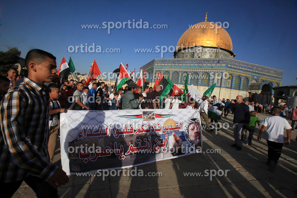 24.09.2015, Jerusalem, PSE, Islamisches Opferfest Eid al Adha, im Bild Es wird zum H&ouml;hepunkt des Haddsch gefeiert, der Wallfahrt nach Mekka, beginnt j&auml;hrlich am Zehnten des islamischen Monats Dhu l-Hiddscha und dauert vier Tage // Palestinian Muslims take part in a protest against the Israeli restrictions on the al-Aqsa mosque, following prayer on the first day of Eid al-Adha or the feast of sacrifice, in front of the Dome of the Rock at the compound of al-Aqsa mosque in Jerusalem's Old city on September 24, 2015. Muslims across the world are celebrating the annual festival of Eid al-Adha, or the Festival of Sacrifice, which marks the end of the Hajj pilgrimage to Mecca and in commemoration of Prophet Abraham's readiness to sacrifice his son to show obedience to God, Palestine on 2015/09/24. EXPA Pictures &copy; 2015, PhotoCredit: EXPA/ APAimages/ Mahfouz Abu Turk<br /> <br /> *****ATTENTION - for AUT, GER, SUI, ITA, POL, CRO, SRB only*****
