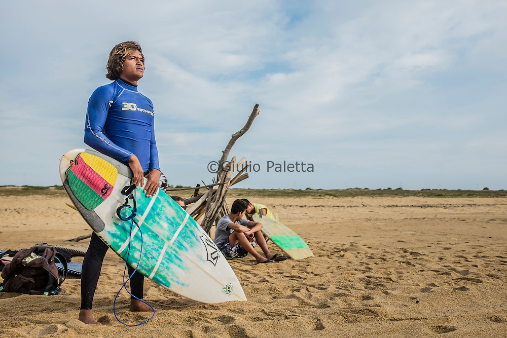 Lucas Teixeira, surfer of Regencia, unable to surf due to the pollution of the water
