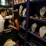 USA/New York/20090910 - Rodrigo Otazu krijgt eigen deel in henri bendel winkel op Fifth Avenenue in New York,