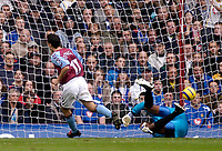 Fotball<br /> Premier League 2004/2005<br /> 06.11.2004<br /> Foto: SBI/Digitalsport<br /> NORWAY ONLY<br /> <br /> Aston Villa v Portsmouth<br /> <br /> Aston Villa's Peter Whittingham (L) wheels away after putting his side a goal up by beating his opponent's keeper Shaka Hislop (R).