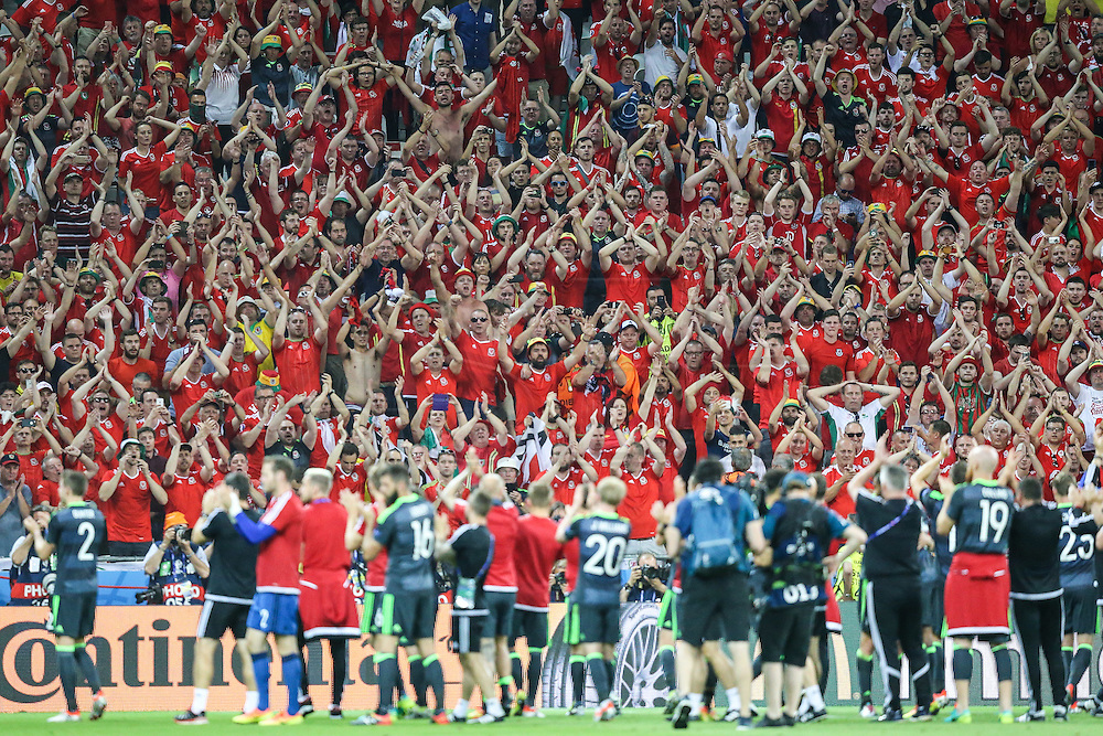 LYON, FRANCE, 07.06.2016 - PORTUGAL- WALES - Supporters of Wales during Match against Portugal, valid for the semi-finals of Euro 2016 at the Grand Stade de Decines-Charpieu near Lyon, France, on this Wednesday ( 6).
