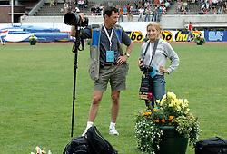 09-07-2006 ATLETIEK: NK BAAN: AMSTERDAM<br /> Nicolien Sauerbreij als fotograaf en Soenar Chamid<br /> ©2006-WWW.FOTOHOOGENDOORN.NL