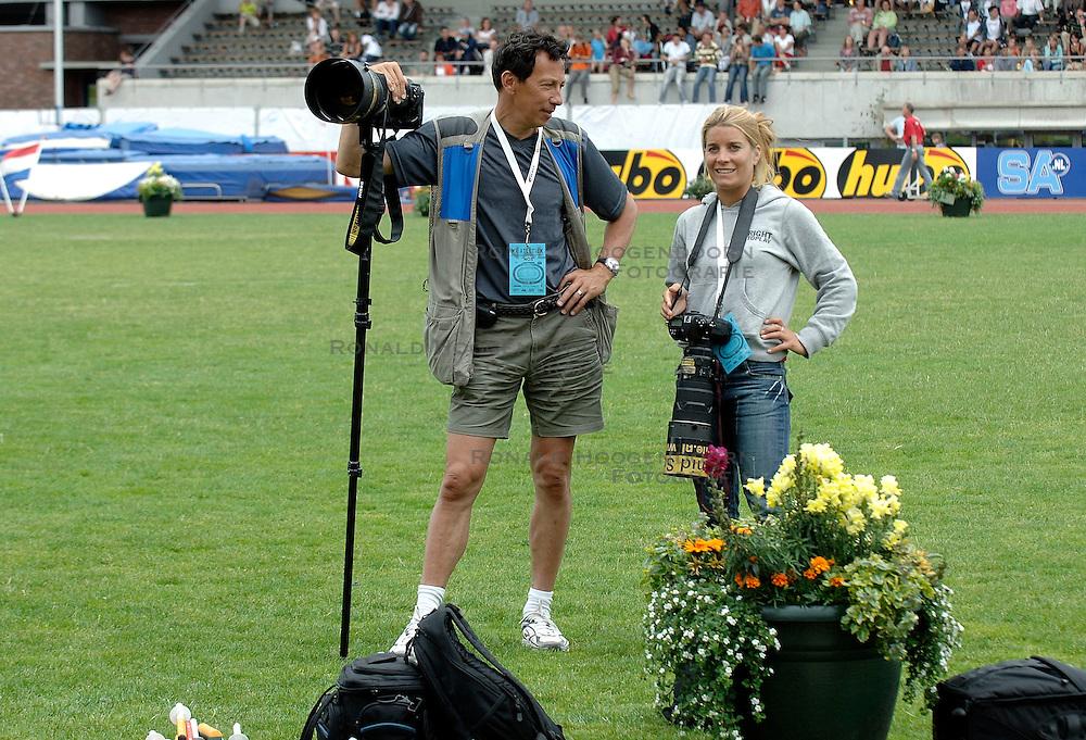 09-07-2006 ATLETIEK: NK BAAN: AMSTERDAM<br /> Nicolien Sauerbreij als fotograaf en Soenar Chamid<br /> &copy;2006-WWW.FOTOHOOGENDOORN.NL