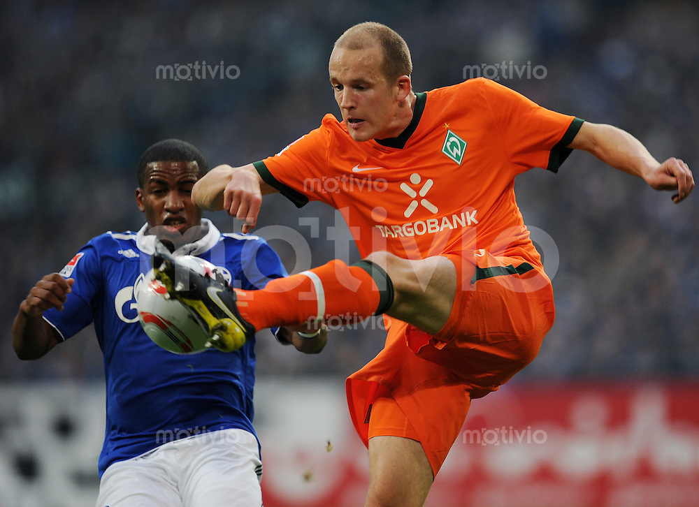 FUSSBALL   1. BUNDESLIGA   SAISON 2010/2010   13. SPIELTAG FC Schalke 04 - SV Werder Bremen                          20.11.2010 Jefferson FARFAN (li, Schalke) gegen Petri PASANEN (re, Bremen)