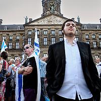 Nederland, Amsterdam , 17 juli 2014.<br /> Pro Israel demonstratie op de Dam.<br /> Diverse organisaties willen vanavond op de Dam in Amsterdam een solidariteitsmanifestatie houden voor Israël. De raketaanvallen in het land geven volgens de betogers recht op zelfverdediging voor Israël, laten ze in een verklaring weten.<br /> Initiatiefnemers zijn het Centrum Informatie en Documentatie Israël (CIDI), Christenen voor Israël (CvI) en de CIDI Jongerenorganisatie (CIJO). De Joods Nederlandse Kerkgenootschappen en Federatie Nederlandse Zionisten ondersteunen de actie. De manifestatie staat gepland om 19.00 uur.<br /> <br /> Een enkele Palestijnse sympathisant demonstreert subtiel op de achtergrond.<br /> Foto:Jean-Pierre Jans
