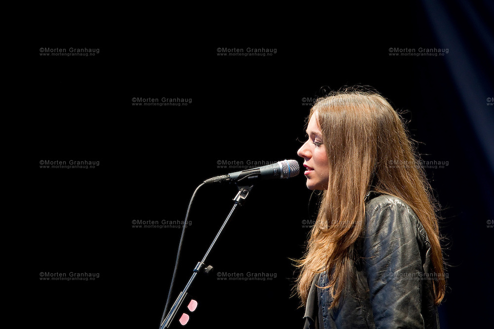 Melissa Horn i Borgg&aring;rden i Erkebispeg&aring;rden under Olavsfestdagene i 2010. Olavsfestdagene i Trondheim er norges st&oslash;rste kirke- og kulturfestival. Olavsfestdagene arrangeres i juli hvert &aring;r.<br /> <br /> Melissa Horn performing during the St Olav Festival in Trondheim 2010. The St Olavs Festival is Norways largest church and culture festival. The festival is held every July in Trondheim, Norway.