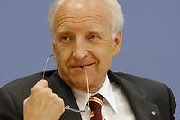 23 JUL 2002, BERLIN/GERMANY:<br /> Edmund Stoiber, CSU, Ministerpraesident Bayern und Kanzlerkandidat, spielt mit seiner Brille, waehrend einer Pressekonferenz zur Vorstellung eines neuen Mitgliedes des CDU/CSU Kompetenzteams, Bundespressekonferenz<br /> IMAGE: 20020723-01-028<br /> KEYWORDS: Ministerpräsident
