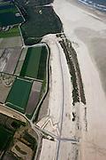 Nederland, Zuid-Holland, Ouddorp, 12-06-2009; Het Flaauwe Werk aan de kust van Goeree, een van de 'Zwakke Schakels'. Detail met duinovergang en werkzaamheden op het strand. De zeewering bestaat hier uit een zeedijk, de met asfalt beklede dijk is versterkt en verhoogd en van een nieuwe laag zand voorzien..Swart collectie, luchtfoto (25 procent toeslag); Swart Collection, aerial photo (additional fee required); .foto Siebe Swart / photo Siebe Swart