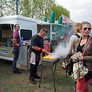 Amsterdam, 09-05-2013. Gastronomische lekkernijen uit rijdende keukens. Dit weekend zal op de Amsterdamse Westergasfabriek het Festival van de Rollende Keukens plaatsvinden.Tientallen tot mobiele eetgelegenheden verbouwde bakbrommers, dubbeldekkers, campers, vrachtwagens, aanhangers en busjes zullen zich tot één groot openluchtrestaurant verenigen Van Gastronomische vreetkar tot excentrieke pizzawagen en van curieuze bbq-camper tot rollende keukenprinsessen.