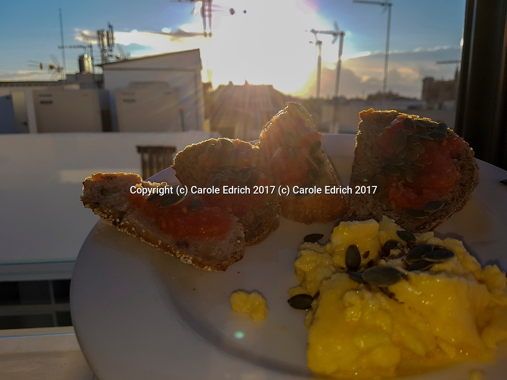 Sun drenched breakfast at Cuit, with bruschetta of fresh bread, tomato paste and pumpkin seeds and scrambled eggs. (c) Carole Edrich 2017