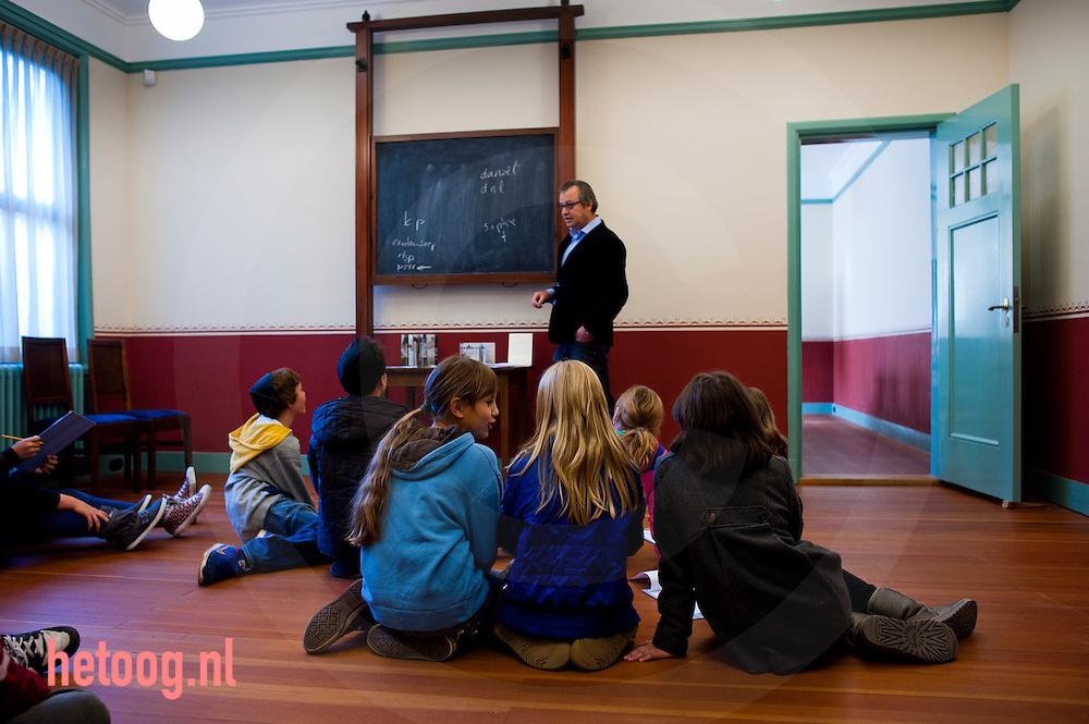 nederland enschede d.d. 11-10-2010 Leerlingen van de Prinseschool uit enschede krijgen een rondleiding in de synagoge (ook) aan de Prinsestraat in enschede foto: Cees Elzenga/Hollandse Hoogte