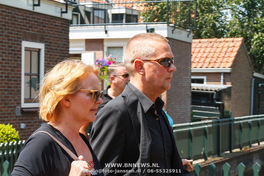 NLD/Volendam/20150703 - Uitvaart Jaap Buijs, aankomst Jaap Kwakman en partner