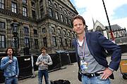 De glazen studio van de NOS op de Dam in Amsterdam wordt gereed gemaakt voor het verslaan van de aanstaande troonswisseling. <br /> <br /> Op de foto:  Regisseur Jan de Roode