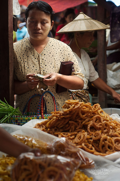 Wamen at market at Inle Lake
