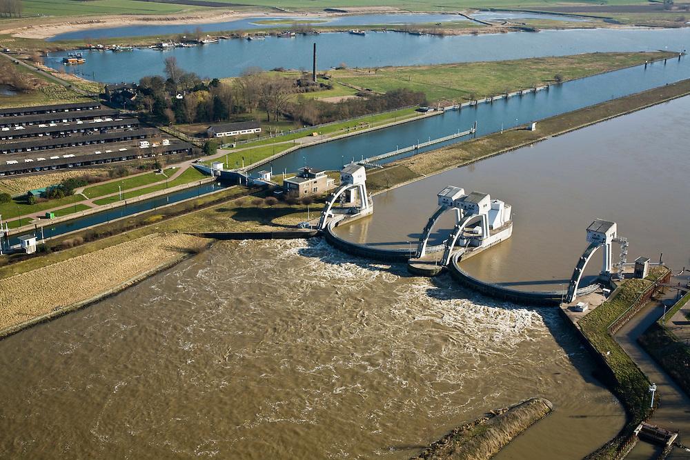 Nederland, Zuid-Holland, Hagestein, 11-02-2008; stuw in de rivier de Lek, dient om waterpeil in de rivier te reguleren; de vizierschuif van de stuw is gesloten, hierdoor is er verschil in waterhoogte, dit verval wordt gebruikt om een waterkrachtturbine aan te drijven; rechtsonder de  vistrap (of vispassage) waardoor vissen de gesloten stuw stroomopwaarts kunnen passeren, op de landtong (boven) een  oude steenfabriek, opslag van caravans..luchtfoto (toeslag); aerial photo (additional fee required); .foto Siebe Swart / photo Siebe Swart