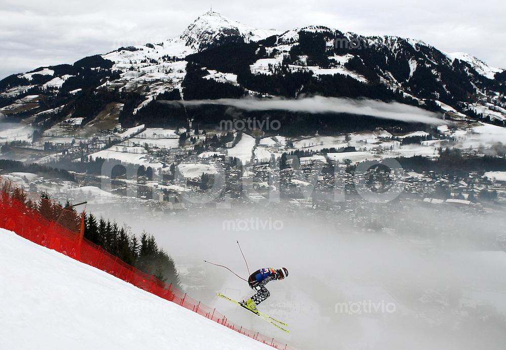 Ski Alpin;  Saison 2007/2008  18.01.2008 68. Hahnenkamm Rennen Abfahrt Uebersicht; Steven Nyman (USA) spricht in richtung Kitzbuehl.