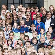 NLD/Baarn/20171010 - Laurentien aanwezig bij Dag van de Duurzaamheid, Prinses Laurentien en helga van leur tussen leerlingen van basisschool Guido de Bres uit Baarn en basisschool De Breede Hei uit Amersfoort