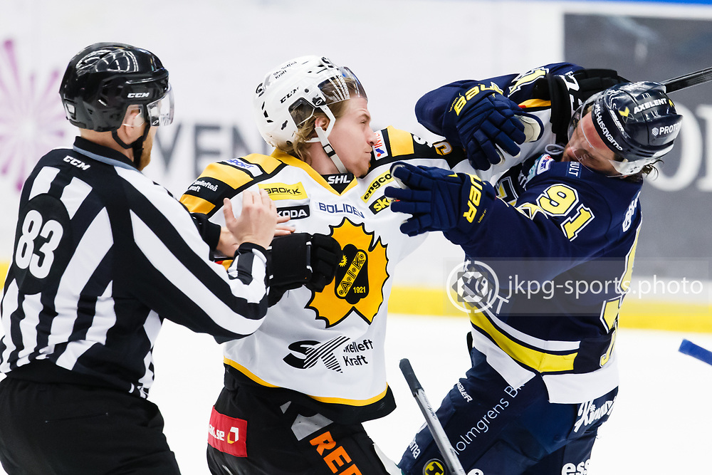 150305 Ishockey, SHL, HV71 - Skellefte&aring;<br /> Anton Lindholm, Skellefte&aring; AIK och Andreas J&auml;mtin, HV71 fightas/gruffar med varandra. Roughing<br /> &copy; Daniel Malmberg/All Over Press