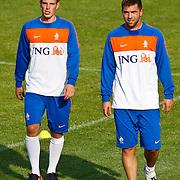 NLD/Katwijk/20100809 - Training van het Nederlands elftal, Wout Brama en Theo Janssen (R)