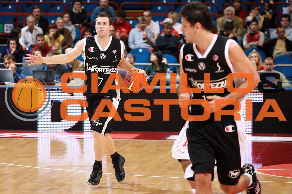 DESCRIZIONE : Milano Lega A1 2008-09 Armani Jeans Milano La Fortezza Virtus Bologna<br /> GIOCATORE : Brett Blizzard<br /> SQUADRA : La Fortezza Virtus Bologna<br /> EVENTO : Campionato Lega A1 2008-2009<br /> GARA : Armani Jeans Milano La Fortezza Virtus Bologna<br /> DATA : 19/10/2008<br /> CATEGORIA : Palleggio<br /> SPORT : Pallacanestro<br /> AUTORE : Agenzia Ciamillo-Castoria/S.Ceretti