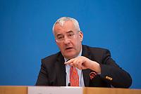 DEU, Deutschland, Germany, Berlin,19.02.2018: Bayerns Kultusminister Dr. Ludwig Spaenle (CSU) in der Bundespressekonferenz zur Vorstellung der Repräsentativen Schulstudie 2018 im Auftrag der Fraktionsvorsitzendenkonferenz der CDU/CSU.