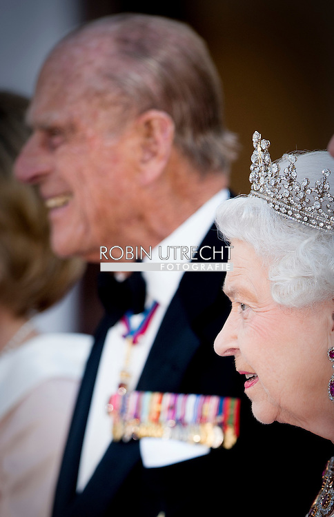 24-6-2015 BERLIN - Britain's Queen Elizabeth II and her husband Prince Philip, The Duke of Edinburgh, arrive for  the state banquet with German President Joachim Gauck at the presidential Bellevue Palace in Berlin. COPYRIGHT ROBIN UTRECHT