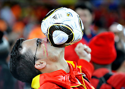 11.07.2010, Soccer-City-Stadion, Johannesburg, RSA, FIFA WM 2010, Finale, Niederlande (NED) vs Spanien (ESP) im Bild ein spanischer Fan freut sich über den Weltmeistertitel, er beisst in einem Ball, EXPA Pictures © 2010, PhotoCredit: EXPA/ InsideFoto/ Perottino *** ATTENTION *** FOR AUSTRIA AND SLOVENIA USE ONLY! / SPORTIDA PHOTO AGENCY