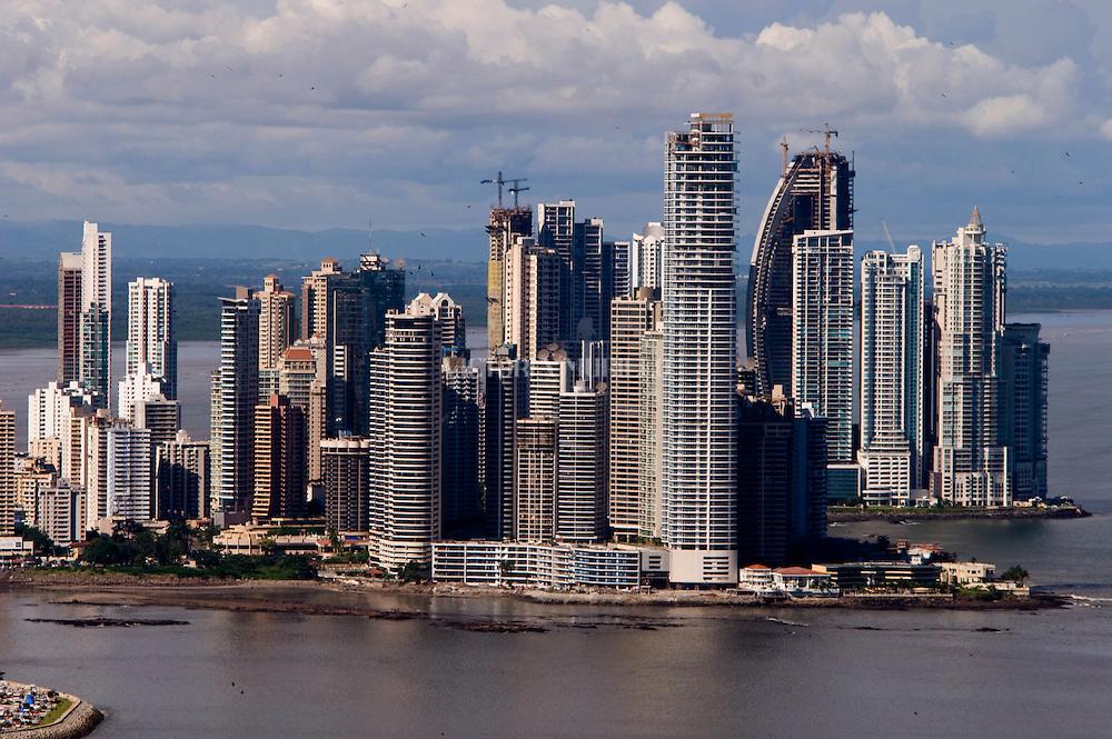 Vista Aerea de la ciudad de Panama, edificada frente a la golfo de Panamá, actualmente cuenta con una construcción de edificios modernos, corredores viales y varios centros comerciales.