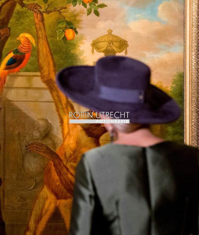 18-2-2017 - DORDRECHT - Konining Ma xima voor het behang uit Paleis Huis ten Bosch in de tentoonstelling Een Koninklijk Paradijs - Aert Schouman  Queen Maxima opens Saturday, February 18 in the Dordrecht Museum exhibition A Royal Paradise - Aert Schouman and imagination of nature. COPYRIGHT ROBIN UTRECHT<br /> 18-2-2017 - DORDRECHT  - Koningin Maxima opent zaterdag 18 februari in het Dordrechts Museum de tentoonstelling Een Koninklijk Paradijs - Aert Schouman en de verbeelding van de natuur. COPYRIGHT ROBIN UTRECHT