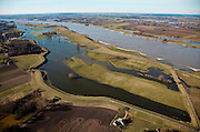 """Nederland, Gelderland, Gemeente Beuningen, 07-03-2010; Winssense Waarden (Winssensche Waarden), de uiterwaarden staan gedeeltelijk onder water door het winterse hoogwater. In het kader van het Ruimtelijk Investeringsprogramma 'Waalweelde' zijn er plannen om hier nieuwe natuur te ontwikkelen in combinatie met hoogwaterbestrijding (aanleg nevengeul). Verder zijn er langs de Waal een aantal kribben verlaagd (in het kader van het programma Ruimte voor de rivier)..Floodplains partially submerged by the winter high water. The planning program """"Waal Wealth"""" plans to develop in this area new nature combined with flood control (flood relief channel construction). Furthermore, a number of groynes along the river Waal have been reduced..luchtfoto (toeslag), aerial photo (additional fee required).foto/photo Siebe Swart"""