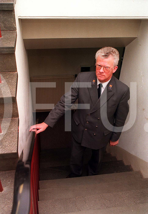 gramsbergen : laatste dag bode gemeentehuis..foto frank uilenbroek©1996