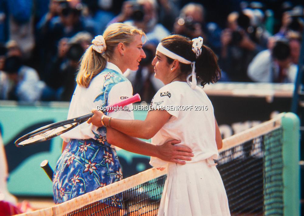 R-L Arantxa Sanchez-Vicario (ESP) gratuliert der Siegerin Steffi Graf (GER), Roland Garros, French Open 1995<br /> Tennis - French Open 1995 - Grand Slam ATP / WTA -  Roland Garros - Paris -  - France  - 28 November 2016.