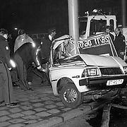 NLD/Amsterdam/19910126 - Ongeval na achtervolging Utrechtse Brug Amsterdam, auto met hoge snelheid tegen lantaarnpaal